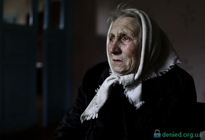 Бабця Лідія плаче
