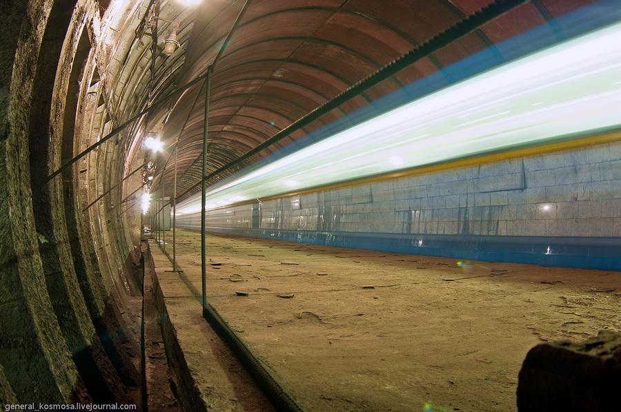 Киев, недостроенная станция метро «Львовская брама», 2011 | 20 сек., f/12, ISO 200, ФР 16 мм | рабочее освещение + свет поезда