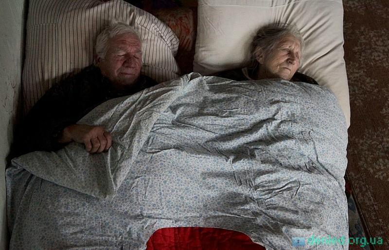 Рано вранці Ліда і Міша сплять у своєму ліжку